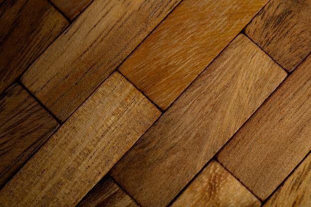 O fundo de cada pedaço de madeira é organizado em linhas.
