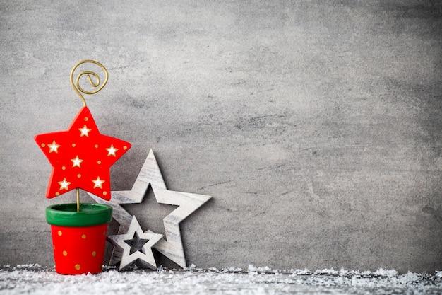 O fundo de metal cinza, decoração de natal.