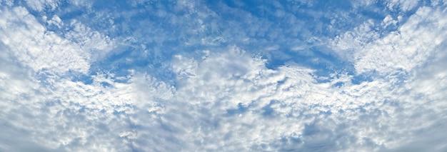 O fundo do céu azul com nuvens.