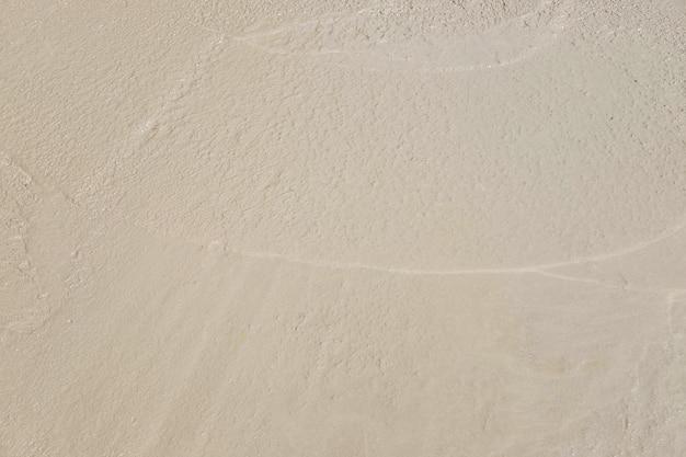 O fundo do cimento ainda está molhado.