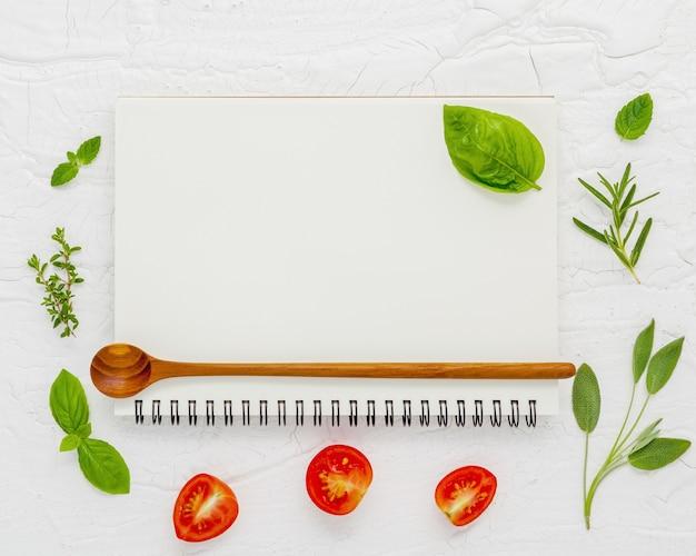 O fundo dos alimentos e o menu do alimento projetam na configuração de madeira do plano horizontalmente.