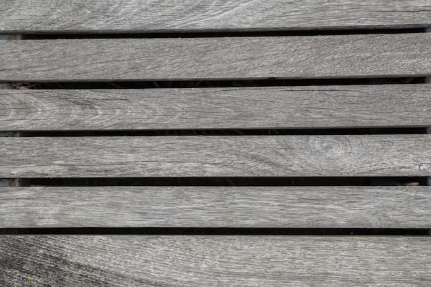O fundo e a textura de madeira do papel de parede copiam o espaço.
