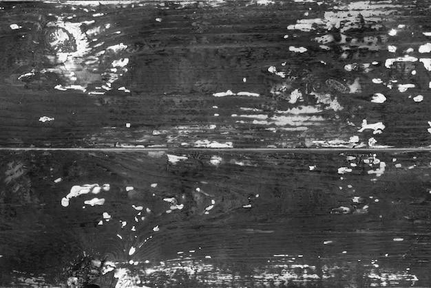 O fundo é de tábuas de madeira velhas mal queimadas.