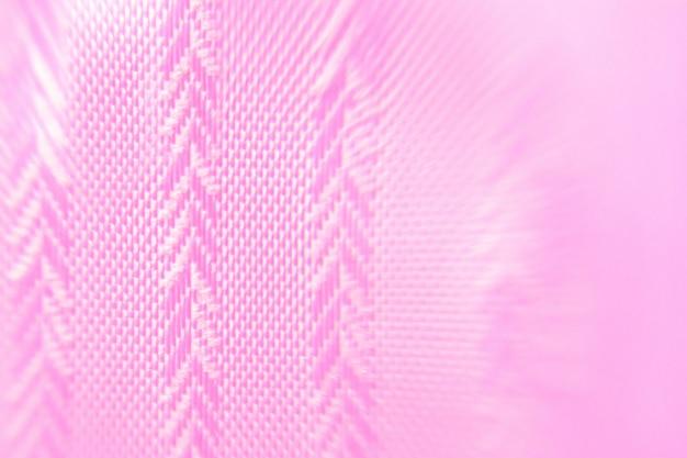O fundo é rosa com uma textura geométrica de tecido em forma de abeto