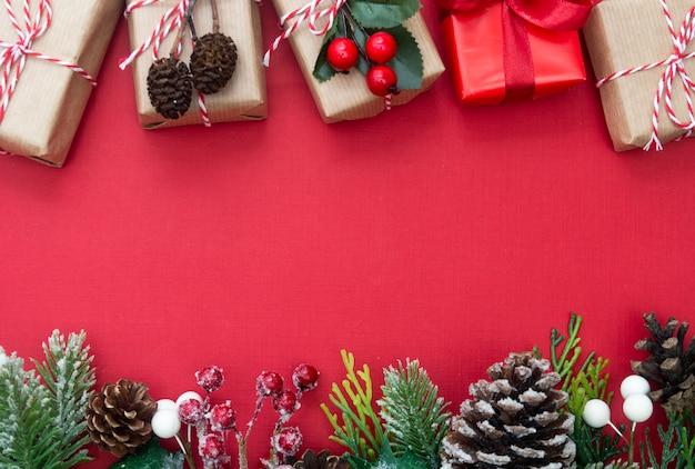 O fundo vermelho do natal com caixas de presente e decorações copia o espaço.