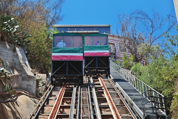 O funicular vintage em valparaíso, costa do pacífico, chile
