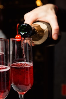O garçom serve champanhe.
