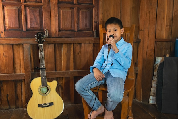 O garoto com o microfone. uma criança pequena canta