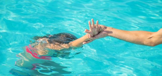 O garoto está se afogando no mar. foco seletivo. natureza.