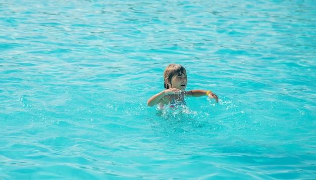 O garoto está se afogando no mar. foco seletivo.