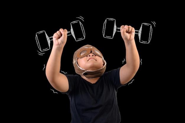 O garoto finge ser um super-herói e se exercita levantando pesos.