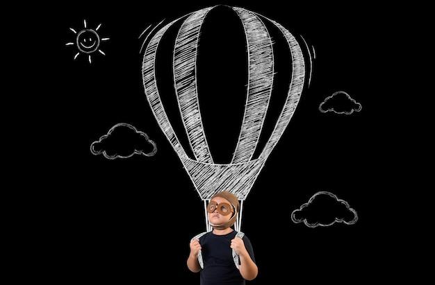O garoto finge ser um super-herói e voa com um balão.