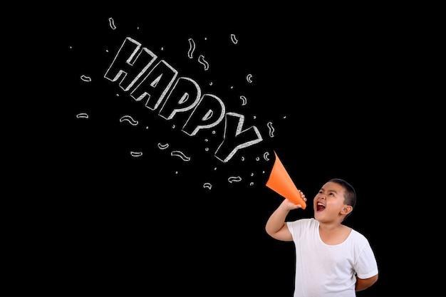O garoto gritou alto e feliz