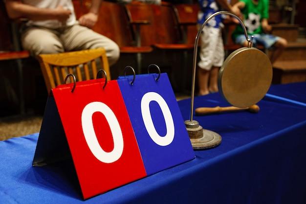 O garoto que o juiz na mesa de julgamento vence o gongo.