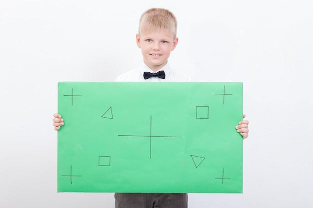 O garoto segurando um cartaz