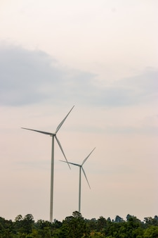 O gerador de energia da exploração agrícola da turbina eólica na paisagem bonita da natureza para a produção de energia verde renovável é indústria amigável ao ambiente.