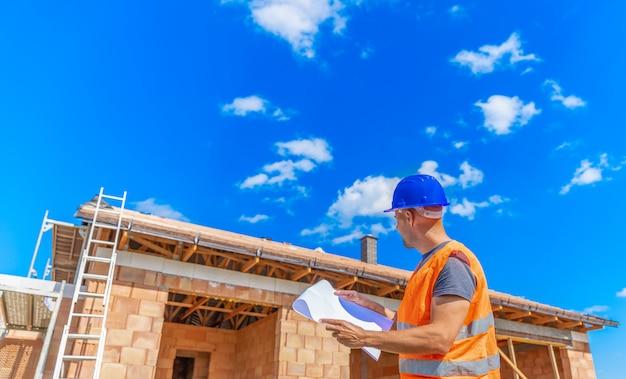 O gerente de construção inspeciona o projeto