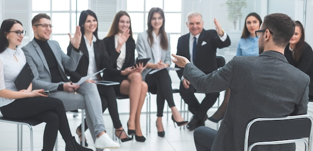 O gerente de projeto faz perguntas em uma reunião de trabalho
