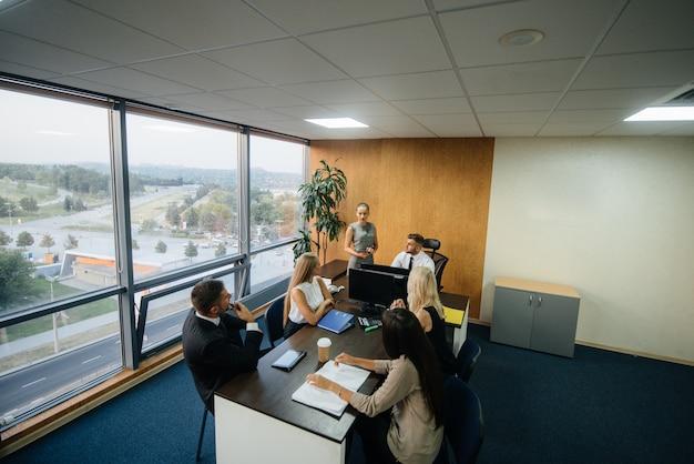 O gerente discute questões de negócios com sua equipe. finança de negócios.