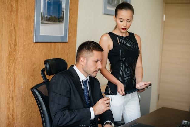O gerente e seu assistente discutem novos planos e tarefas. finanças empresariais