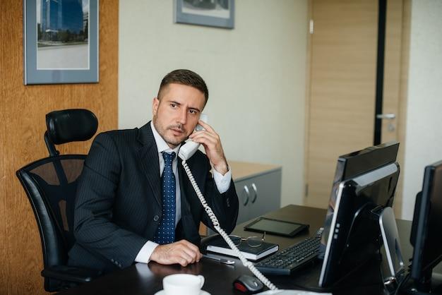 O gerente está ao telefone em seu escritório. finança de negócios.