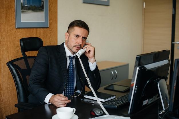 O gerente está ao telefone em seu escritório. finanças empresariais