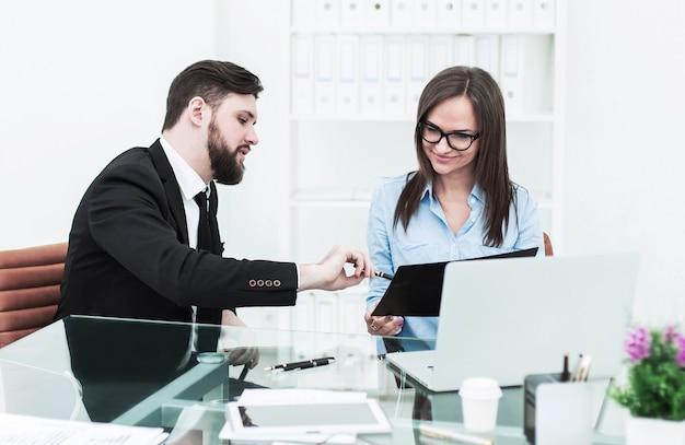 O gerente financeiro e o contador estão promovendo uma discussão sobre assuntos de negócios no local de trabalho do escritório