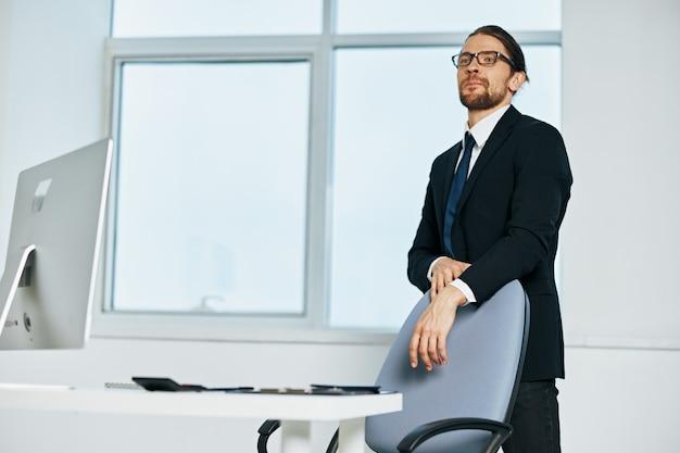 O gerente masculino documenta a comunicação do executivo por telefone