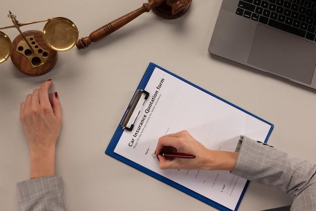 O gerente oferece os papéis do formulário de cotação de seguro de automóvel.