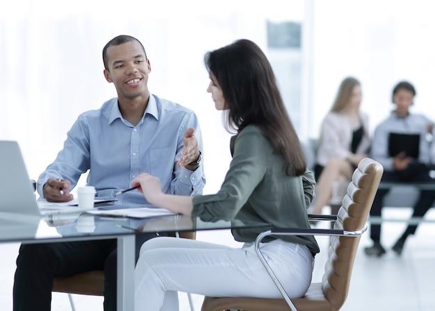 O gerente prepara o contrato com o cliente