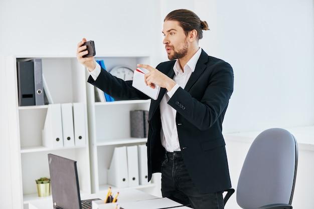 O gerente trabalha as emoções na frente do chefe de comunicação do laptop