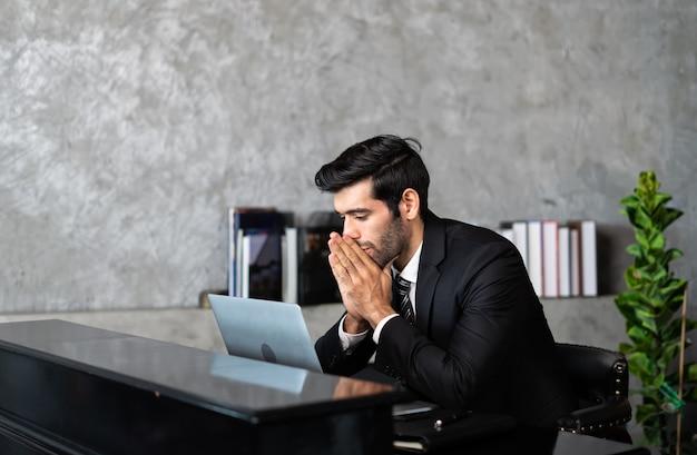 O gerente trabalha em casa estressado trabalhando no computador, sofrendo de fadiga ocular ou tendo dores