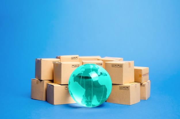 O globo terrestre está rodeado por caixas.