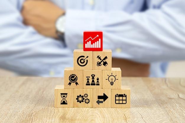 O gráfico mostra o crescimento dos negócios em um bloco de madeira vermelho.