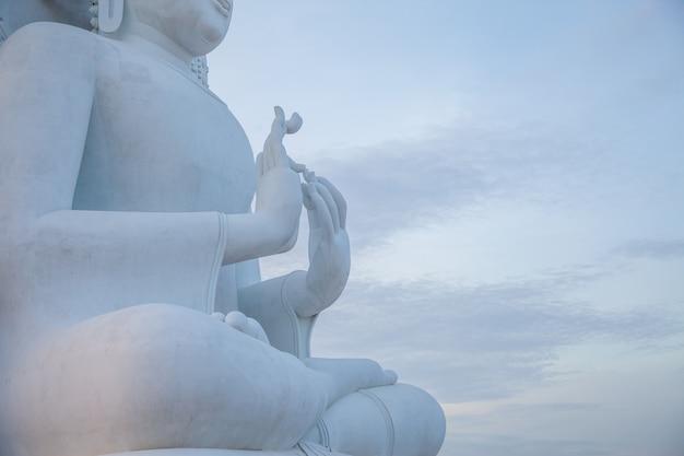 O grande buda branco é respeitado pelos budistas.