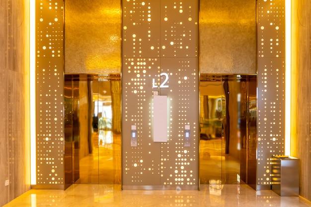 O grande elevador do hotel