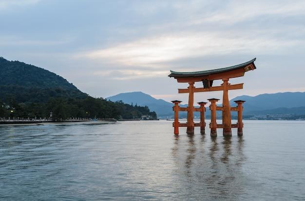 O grande o-torii do santuário de itsukushima, na ilha de miyajima, hiroshima, japão
