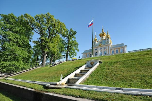O grande palácio em peterhof, igreja. o palácio peterhof incluído na lista do patrimônio mundial da unesco.