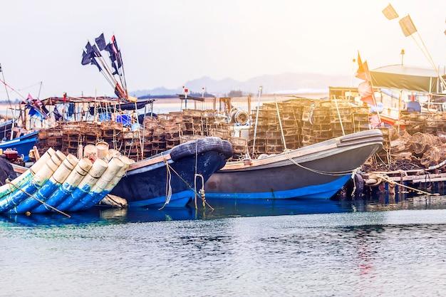 O grande porto de pesca, cheio de barcos e arrastões? ásia.