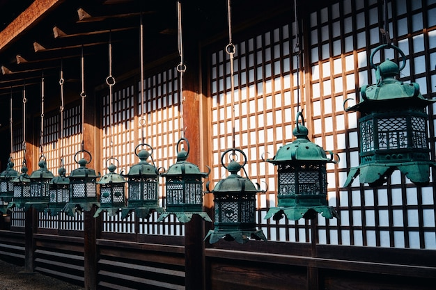 O grande santuário kasuga sob a luz do sol durante o dia no japão