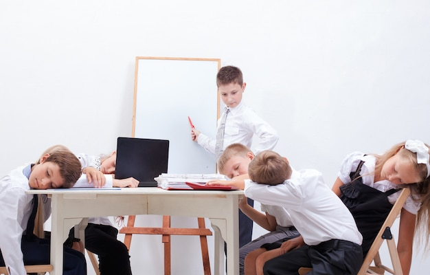 O grupo de adolescentes sentados em uma reunião de negócios