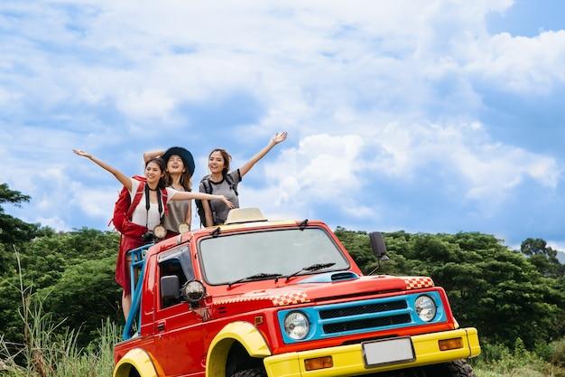 O grupo de amigos asian camp forest adventure travel remote relaxa o conceito, mountain view.
