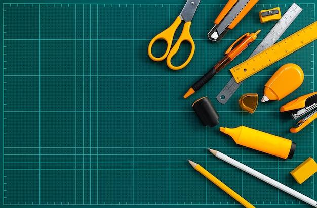 O grupo de artigos de papelaria fornece na esteira da estaca, imagem lisa da configuração.