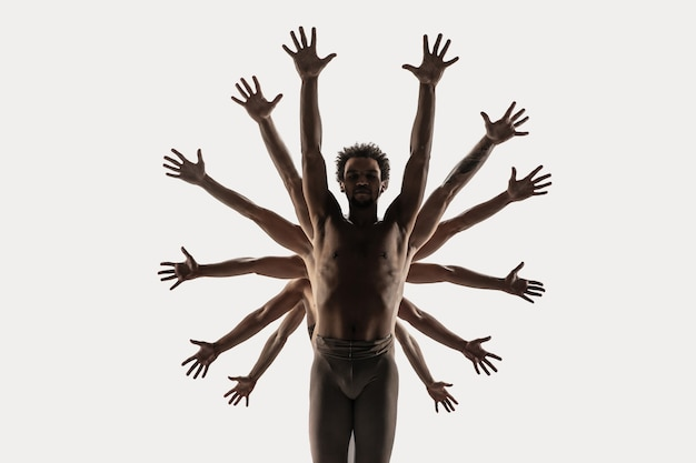 O grupo de dançarinos de balé moderno. balé de arte contemporânea. jovens atléticos e flexíveis, homens e mulheres em meia-calça de balé. tiro do estúdio isolado no fundo branco. espaço negativo.