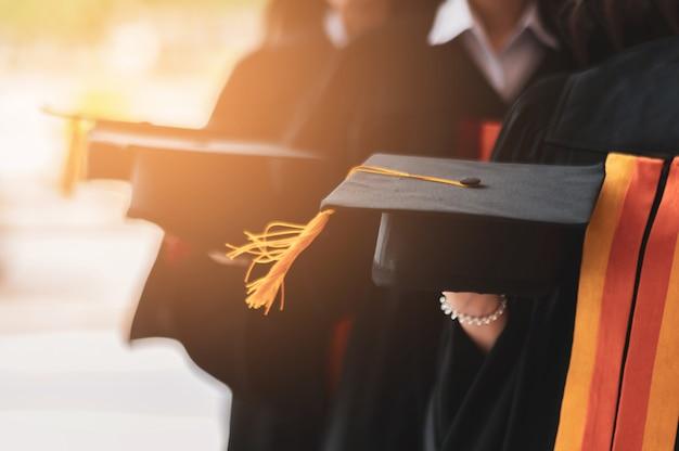 O grupo de estudantes de graduação usava um chapéu preto, chapéu preto, na cerimônia de formatura da universidade.