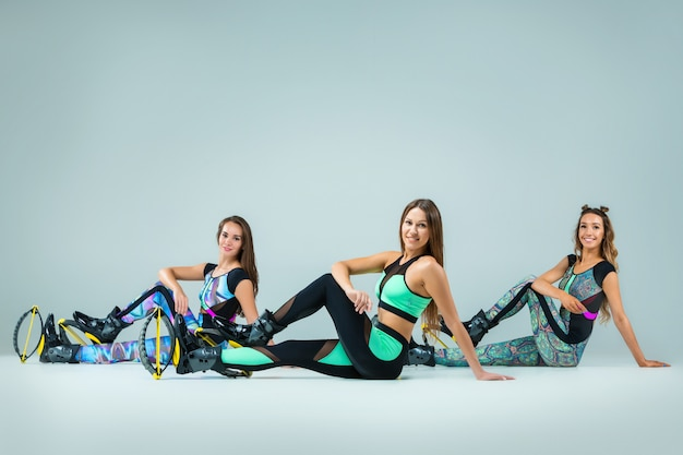 O grupo de meninas, pulando no treinamento