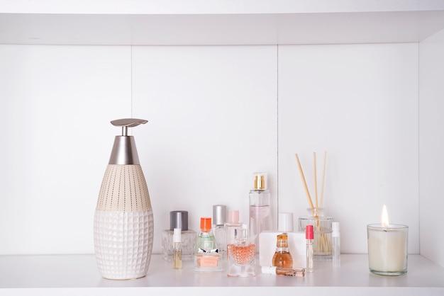 O grupo de vários perfumes da mulher isolou o fundo do branco. conjunto de spa de aromaterapia