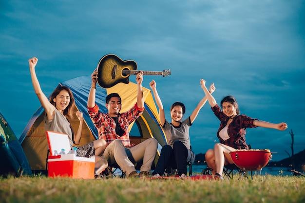 O grupo de viagem asiático da aventura da aventura do acampamento dos amigos remota relaxa o conceito