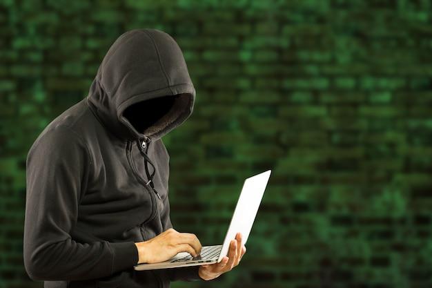 O hacker rouba com segurança seus dados e sistema com código de internet.
