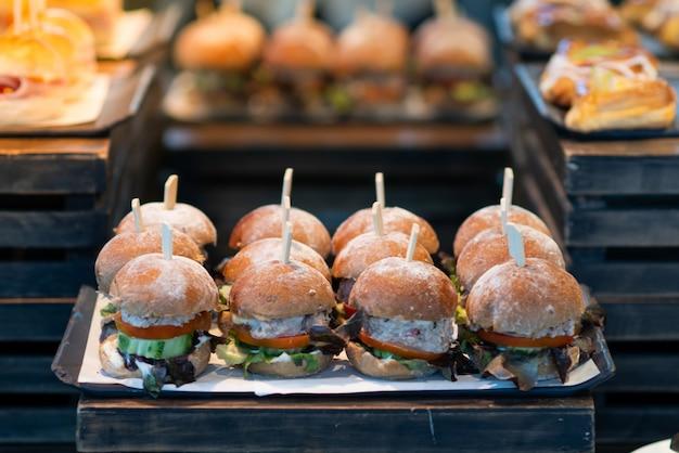 O hambúrguer apetitoso é colocado em um buffet leve.